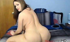 Pale mature Roni Raye pounds her sweet vagina
